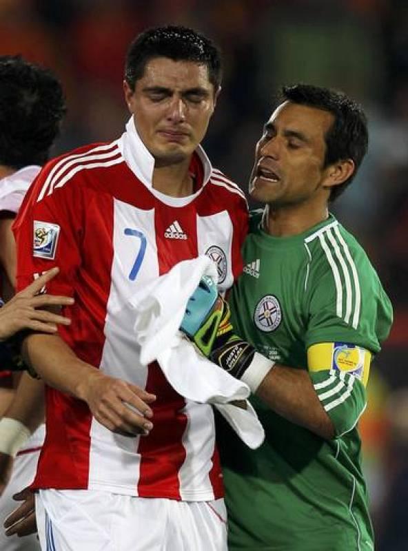 El portero de Paraguay, Villar, consuela a Cardozo, que falló un penalti