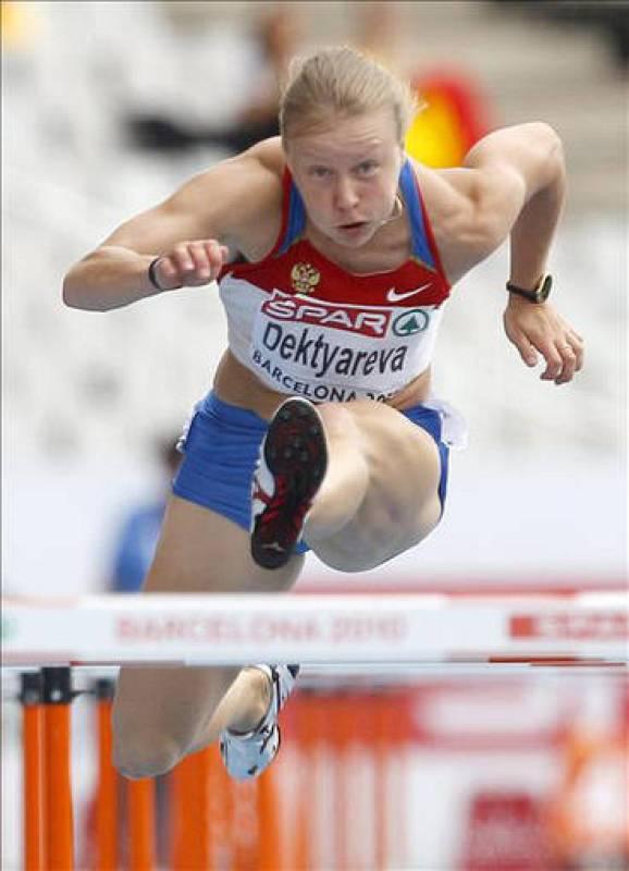 La atleta rusa Tatyana Dektyareva durante su participación en la cuarta serie de la prueba de 100 m vallas en el Campeonato de Europa de Atletismo Barcelona 2010.