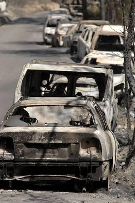 El fuego ha quemado ya cerca de 400 hectáreas y ha dejado a cuatro bomberos heridos.