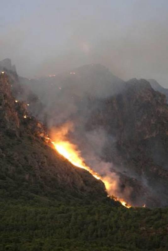 El incendio se inició pasadas las 19.00 horas de la tarde del martes.