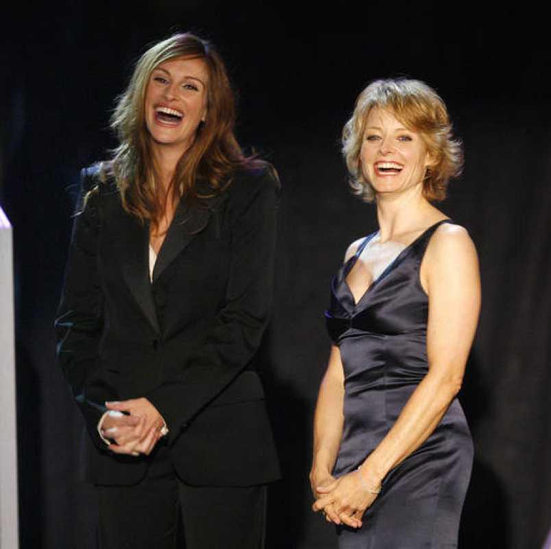 Jodie Foster y Julia Roberts sonríen durante un acto de reconocimiento a Denzel Washington en 2007