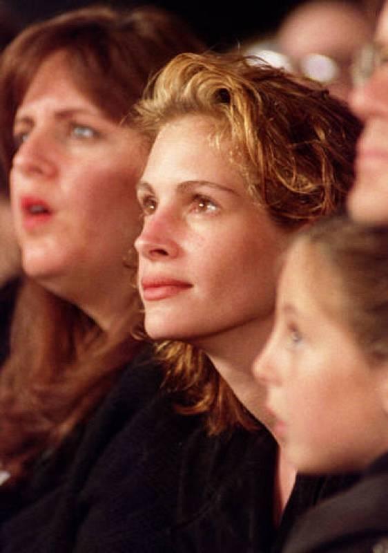 Julia Roberts asistiendo a un pase de modelos en 1994