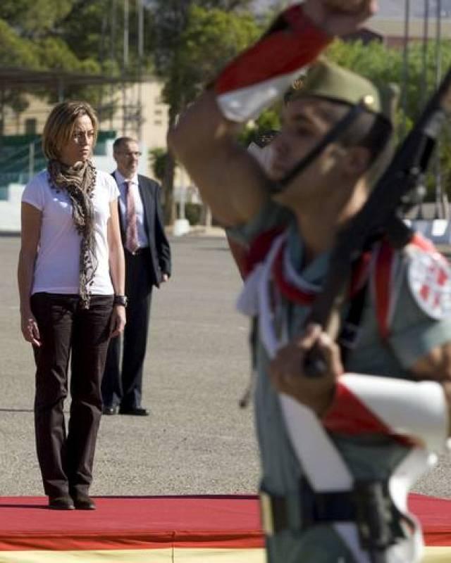 """La ministra de Defensa, Carme Chacón en la Base """"Álvarez de Sotomayor"""", en Viator (Almería), donde ha compartido con la Legión una jornada de convivencia y supervisado diferentes ejercicios de adiestramiento orientados a combatir la insurgencia afgan"""