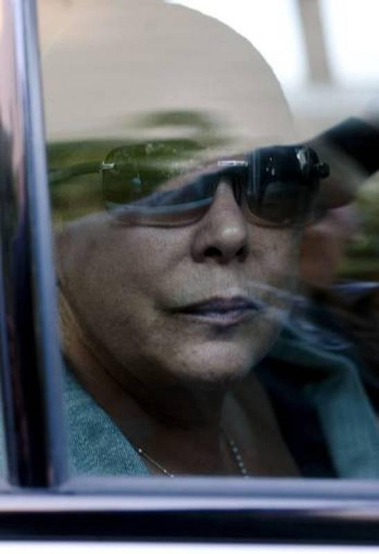 Isabel Pantoja mira desafiante a los periodistas