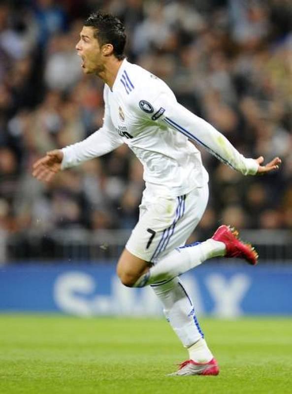 El delantero del Real Madrid, Cristiano Ronaldo, celebra el primer gol de su equipo ante el Milán.