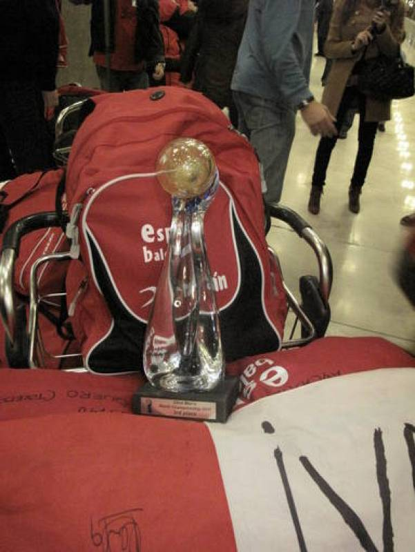 El trofeo ganado el domigo a los anfitriones llegaba con los jugadores.