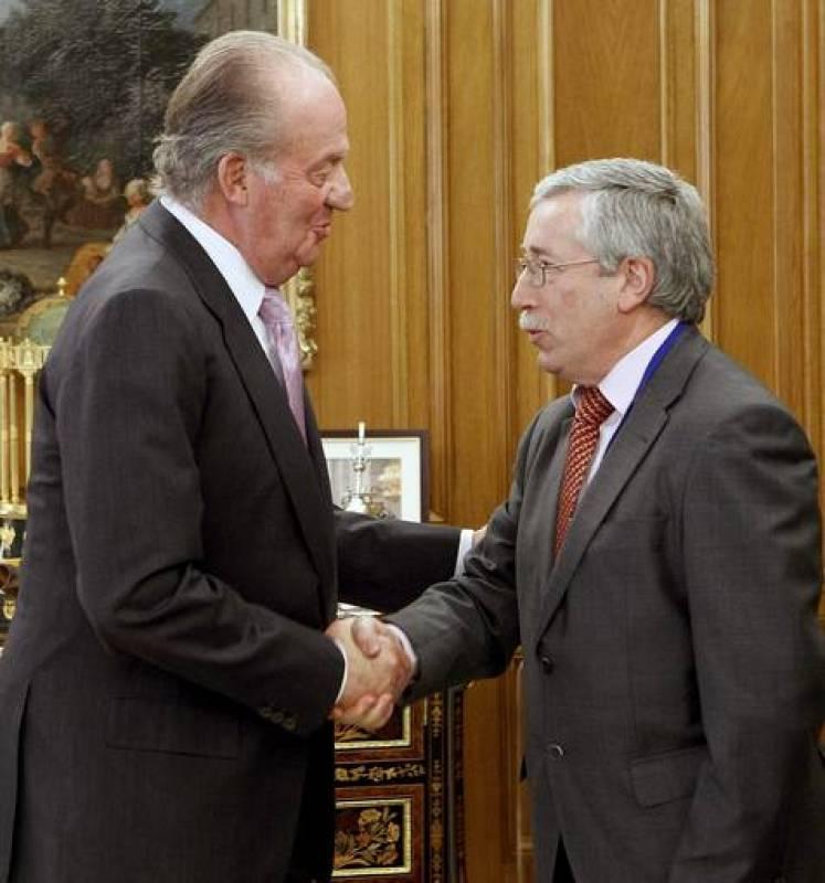 El Rey saluda al secretario general de CCOO, Ignacio Fernández Toxo, durante la audiencia en el Palacio de la Zarzuela a los interlocutores sociales firmantes del pacto suscrito el pasado día 2.