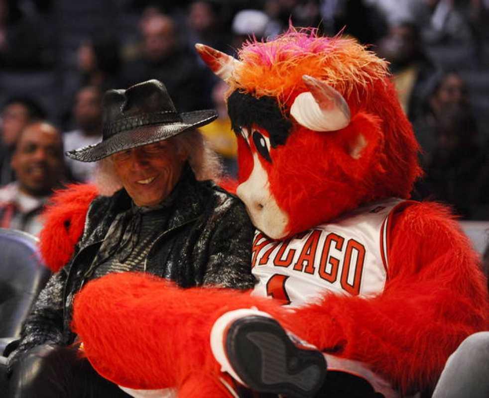 El multimillonario estadounidense Jimmy Goldstein comparte silla con la mascota de Bulls de Chicago.