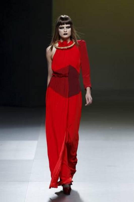 Vestidos y combinaciones plisadas para la noche es la propuesta de la diseñadora.