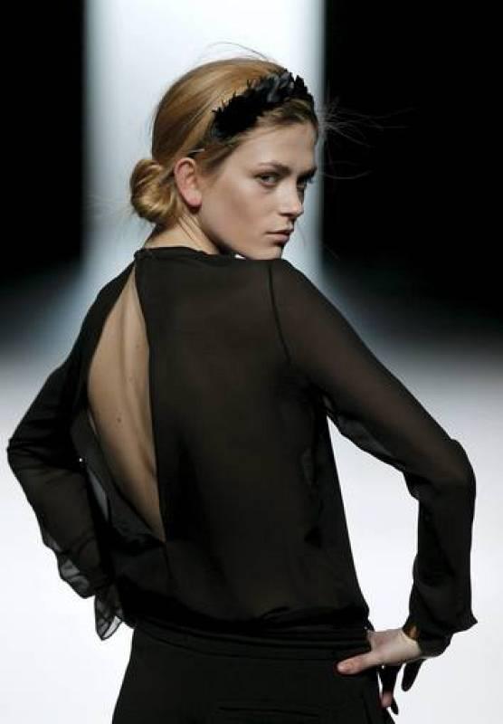 La mujer que presenta  de Juanjo Oliva es extremadamente femenina y muestra grandes volúmenes en la espalda.