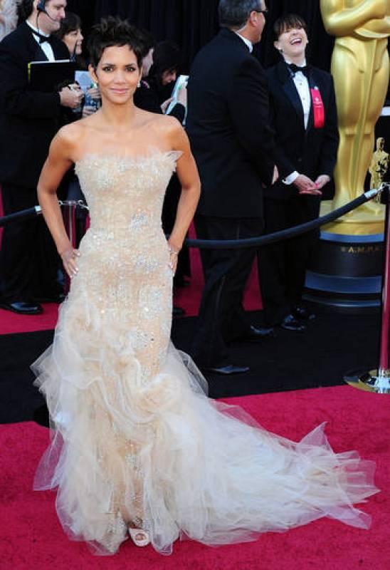 La actriz ha elegido un vestido con escote palabra de honor, cuerpo bordado con cristales y un enjambre de tul que caía por la falda y terminaba en cola. Lo firma la casa Marchesa