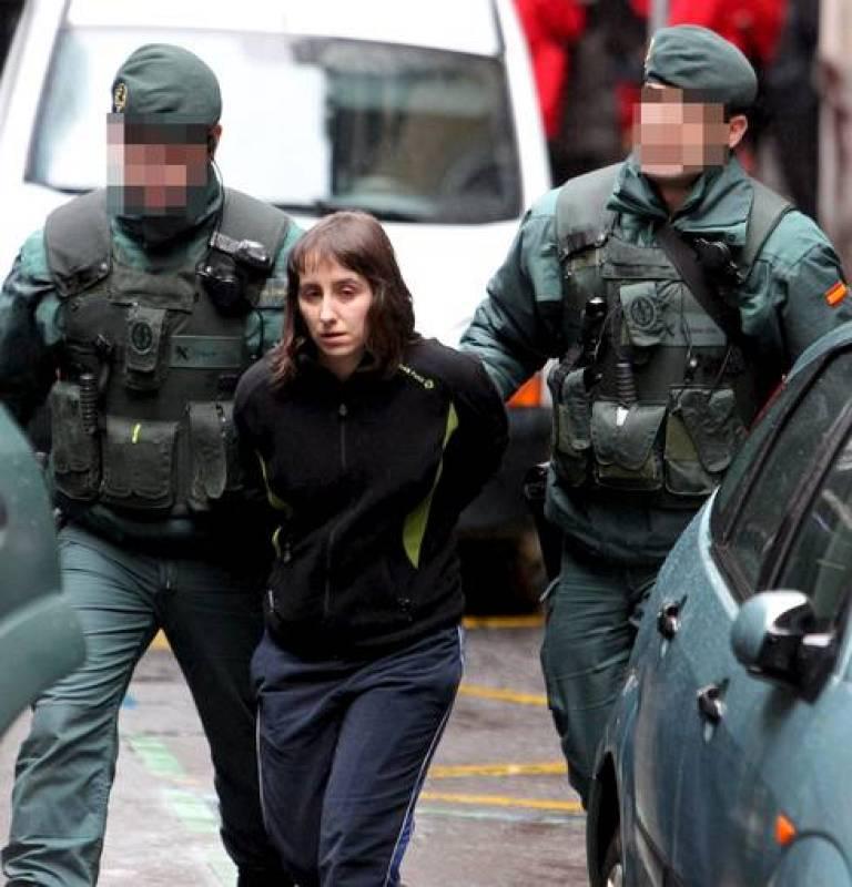 Agentes de la Guardia Civil trasladan a la presunta terrorista Beatriz Etxebarria
