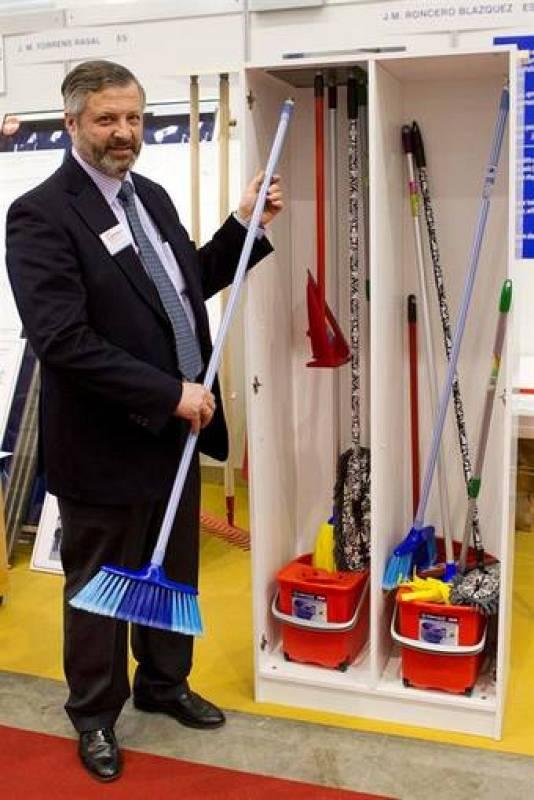 """El inventor español Jose María Roncero Blázquez presenta su invento, el """"Magnet"""", un sistema para mejorar el almacenamiento de útiles de limpieza"""