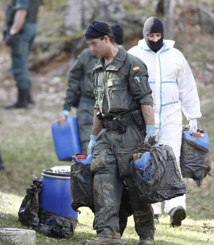 Efectivos de la Guardia Civil sacan el material encontrado en uno de los zulos