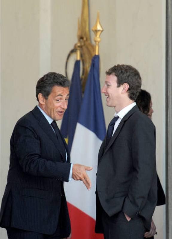 Nicolás Sarkozy charla amistosamente con Mark Zuckerberg, fundador de Facebook, a su llegada al Palacio del Elíseo