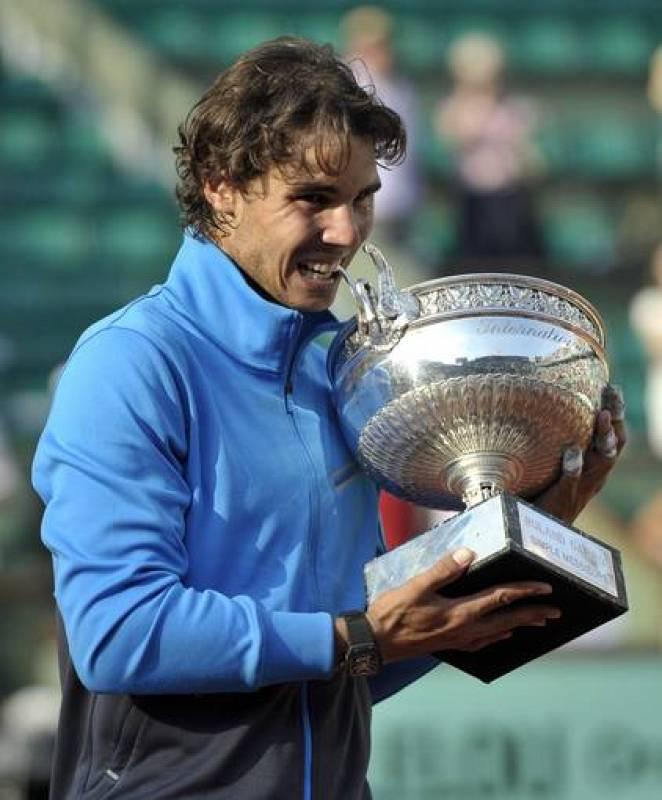 El tenista español Rafael Nadal muerde su trofeo tras vencer al suizo Roger Federer en la final del torneo de Roland Garros en París. Nadal ha conseguido su sexto Roland Garros e igual al sueco Björn Borg.