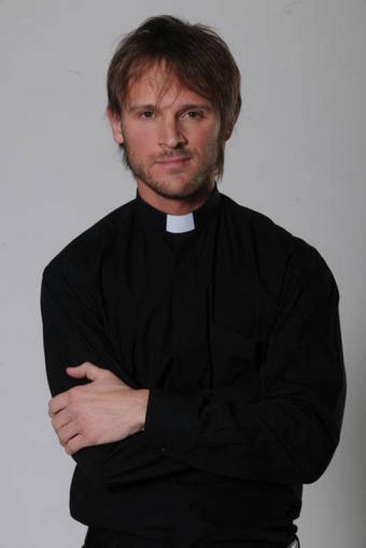 Leandro es hermano de Román, sacerdote y director de un orfanato en 'Amar de nuevo'. Está interpretado por Nicolás Mele.