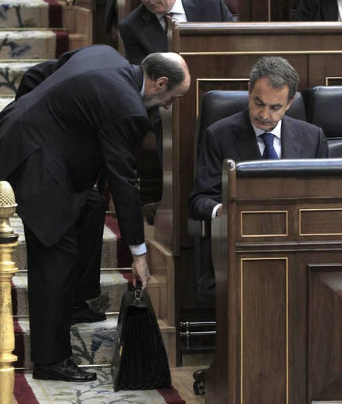 El ministro del Interior, Alfredo Pérez Rubalcaba, sujeta la cartera del presidente del Gobierno