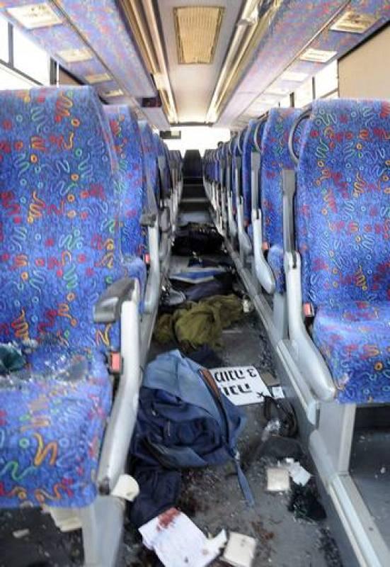 Interior del autobús tiroteado, en el que han resultado heridos más de una docena de personas