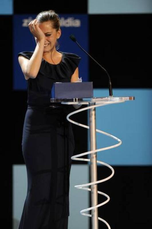 La actriz María León llora tras recibir la Concha de Plata a la Mejor Actriz