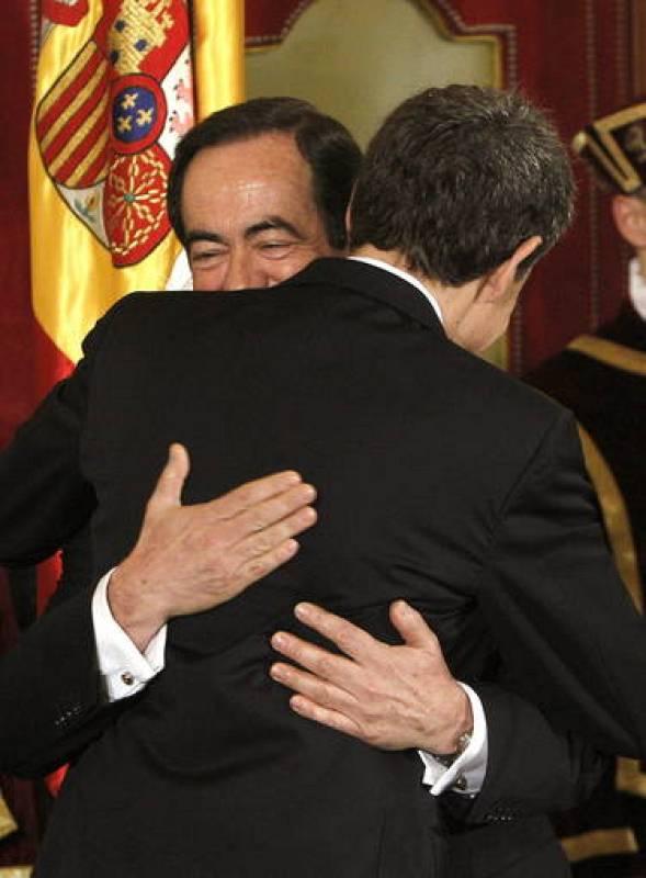Zapatero abraza al presidente del Congreso de los Diputados
