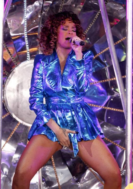 Rihanna ha salido a escena en una cápsula transparente ataviada con una chaqueta azul eléctrico