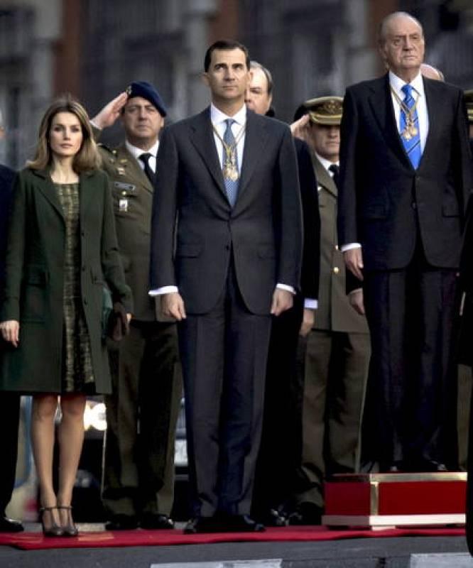 Don Juan Carlos, junto a los Príncipes, a su llegada al Congreso