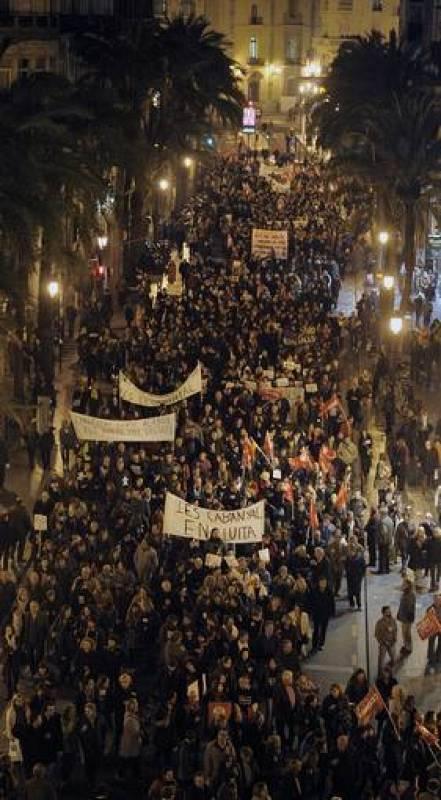 Miles de personas marchan en Valencia contra los recortes