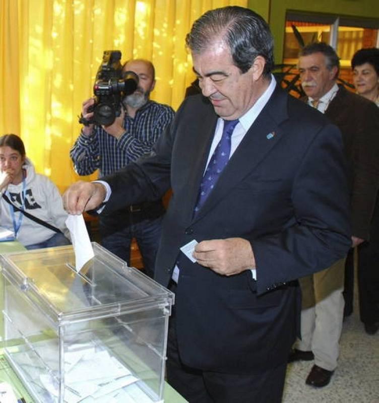 Francisco Álvarez-Cascos vota en el Colegio Público Ramón Muñoz de Luarca