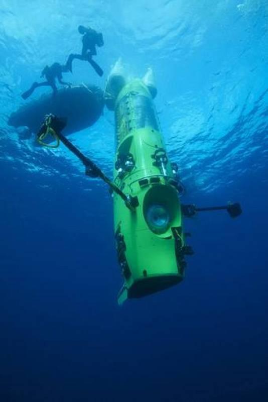 El Deepsea Challenger sumergido en aguas de Papua, Nueba Guinea