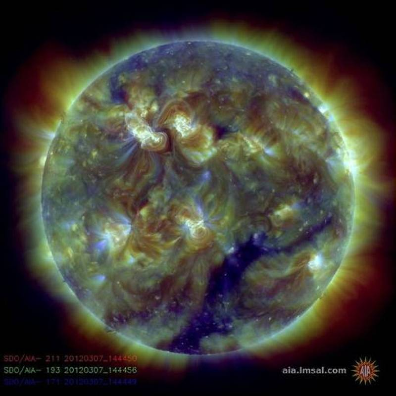 Las tormentas solares se provocan por las erupciones que se producen en el Sol cada cierto tiempo. Existe la posibilidad de que afecten a los satélites que orbitan alrededor de la Tierra e incluso pueden provocar tormentas geomagnéticas menores que c