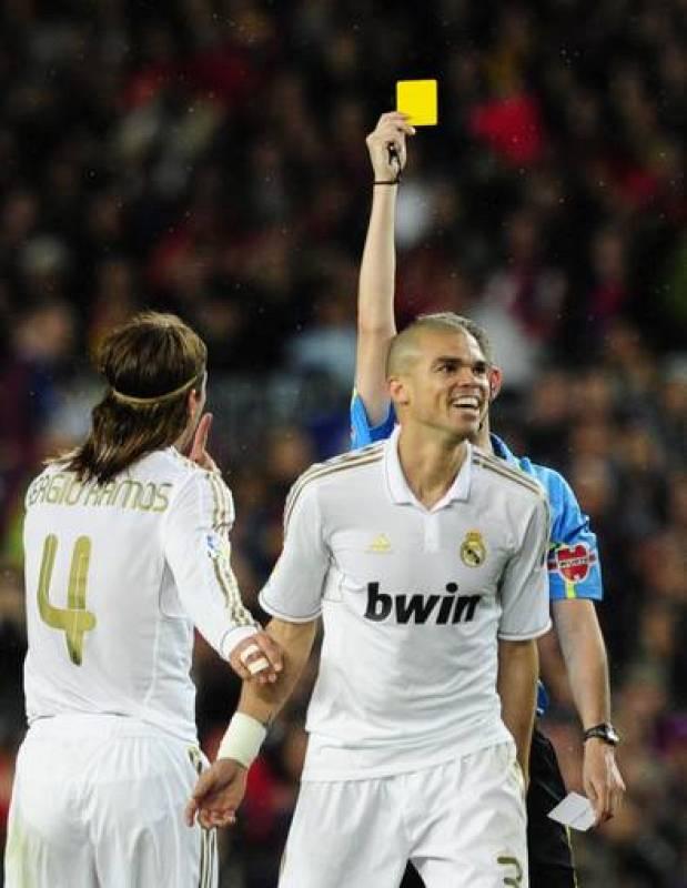 Undiano Mallenco enseña tarjeta amarilla a Pepe por una entrada a Busquets