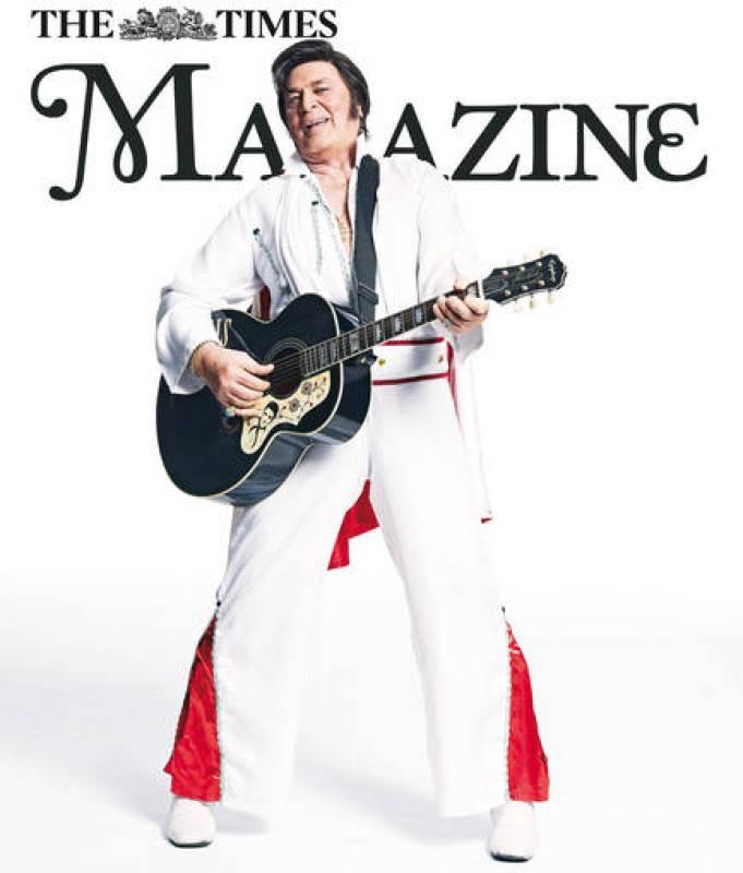 En esta imagen, el cantante imita a Elvis Presley.