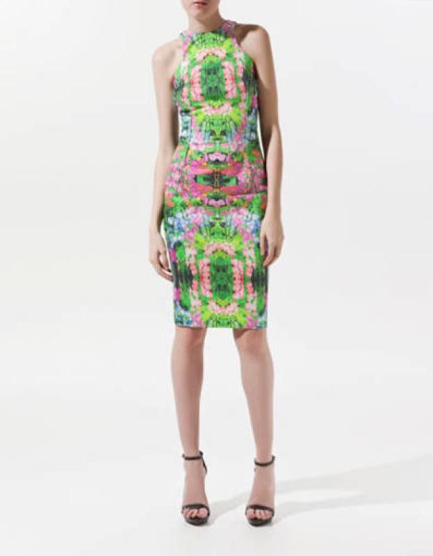 Vestido estampado de flores con forma tubo y escote de nadador. 49,95€