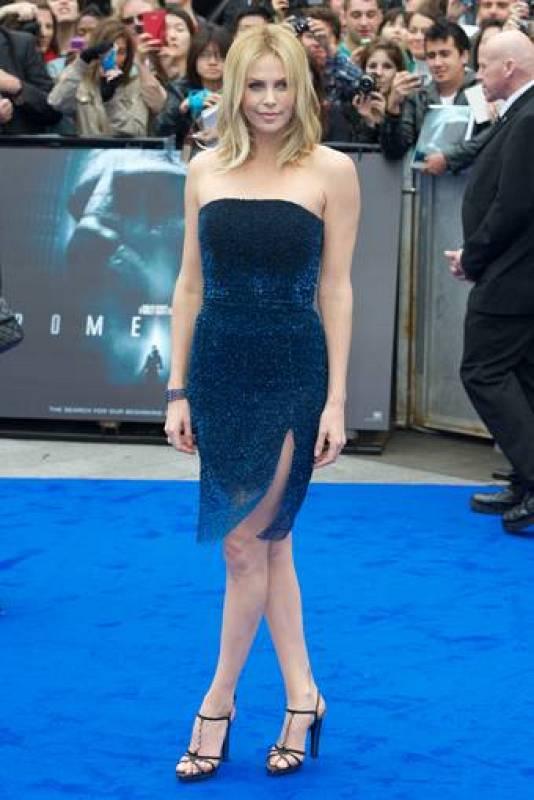 Charlize Theron en la alfombra roja de Prometheus