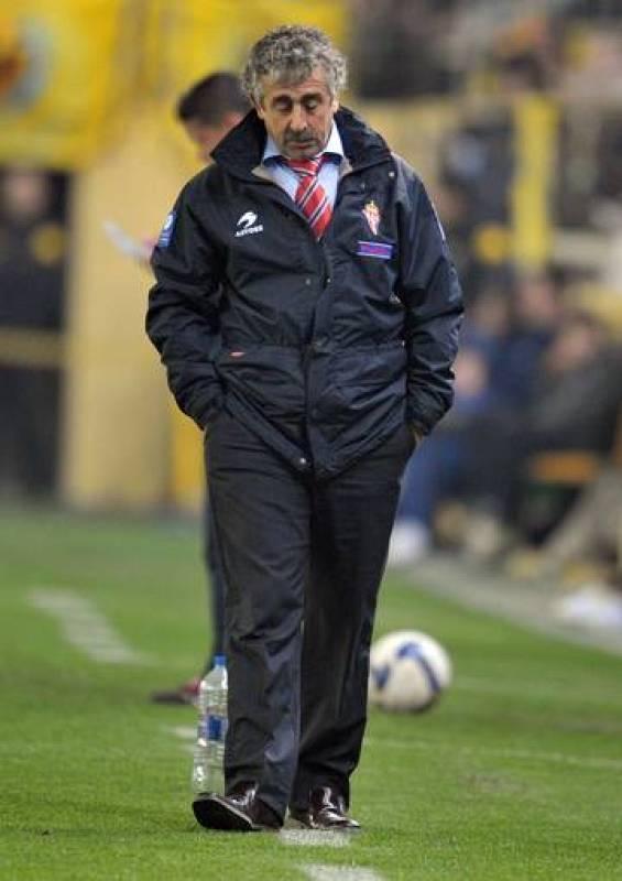 Manolo Preciado, en un encuentro dirigiendo como entrenador del Sporting de Gijón.