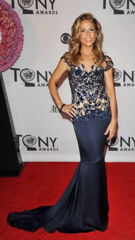 Sheryl Crow, que la semana pasada confirmó a través de su cuenta de Twitter que sufre un tumor cerebral benigno, no quiso perderse la gran noche del teatro. Ella fue una de las más glamourosas de la noche.