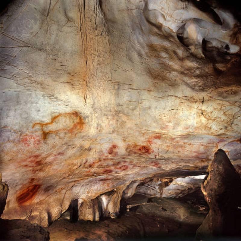 Uno de los discos rojos localizados en la cueva de El Castillo (Puente Viesgo, Cantabria) es la más antigua de Europa, con más de 40.600 años