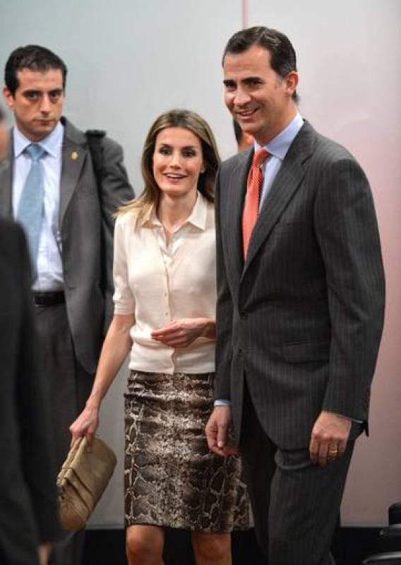 Para la visita al Instituto Cervantes de Nueva York, la princesa Letizia lució una rebeca en color crudo acompañada con una blusa blanca y una original falda con estampado animal.