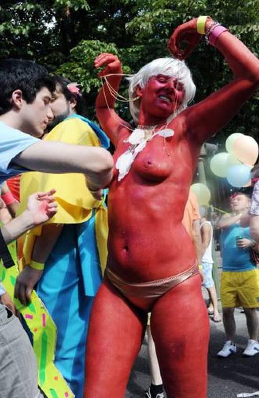 Una mujer con el cuerpo pintado durante la marcha del Orgullo Gay
