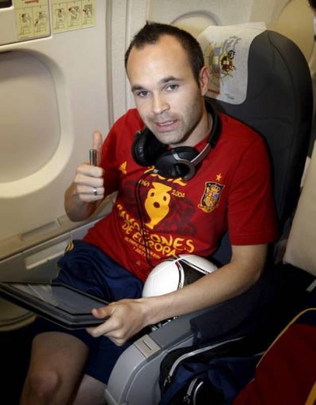 Andrés Iniesta, declarado mejor jugador de la Eurocopa de Polonia/Ucrania 2012, en el avión.
