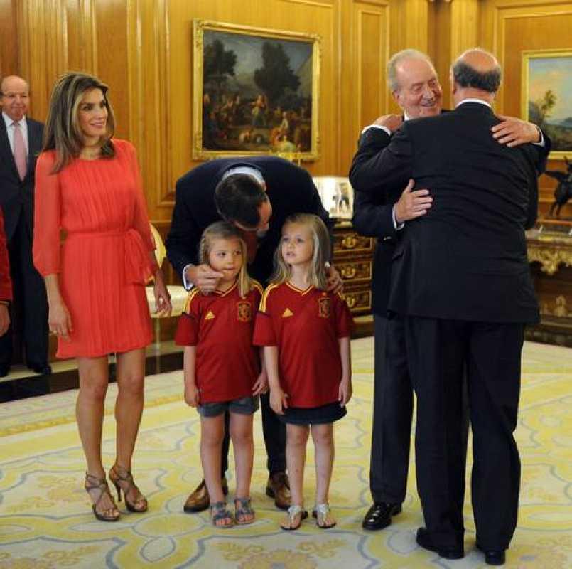 El Rey Don Juan Carlos ha recibido en el Palacio de la Zarzuela a la selección española de fútbol