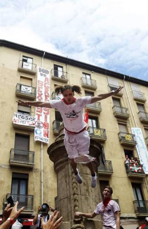 Un joven salta desde la fuente de la Plaza de la Navarreria