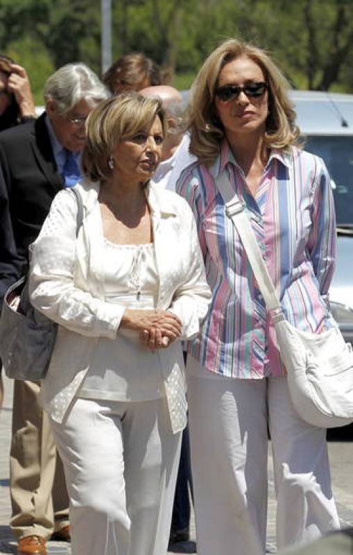 Maria Teresa Campos y Silvia Tortosa en el entierro del presentador José Luis Uribarri.