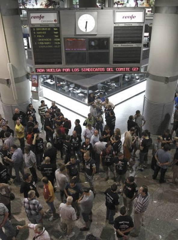 Los trabajadores del sector ferroviario se concentran en la estación de Atocha