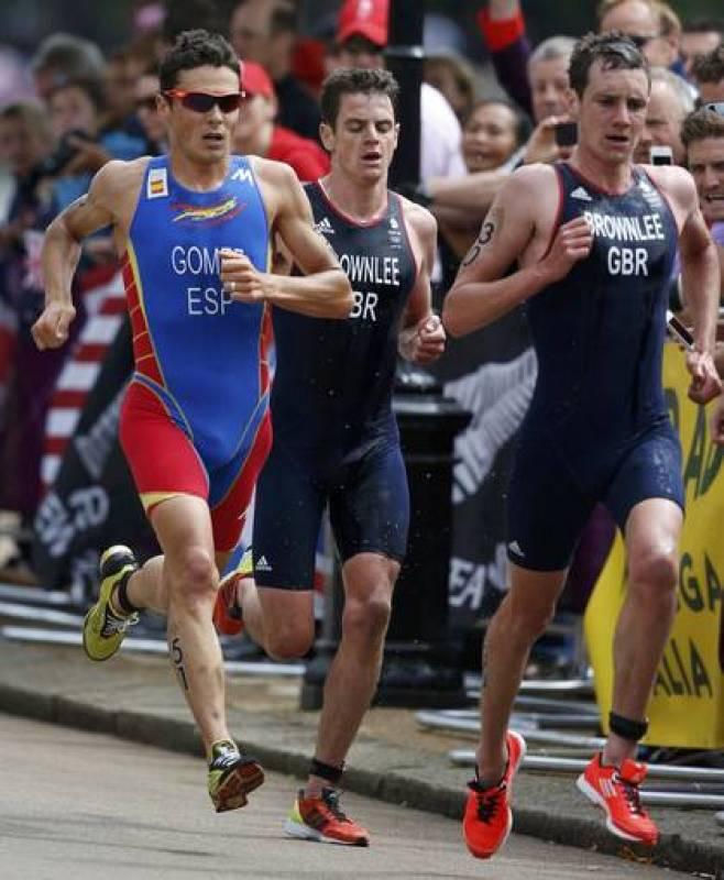 El británico Alistair Brownlee lidera los últimos kilómetros a pie antes de coronarse campeón olímpico de triatlón.