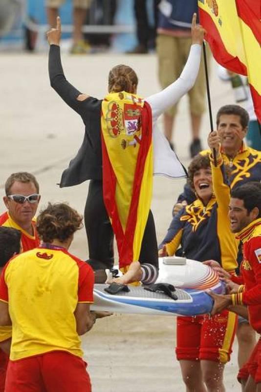 La española Marina Alabau celebra con sus compañeros de equipo la victoria que le ha dado el oro.
