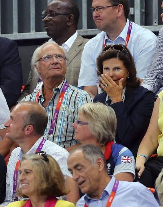 El rey Carlos Gustavo de Suecia y la reina Silvia asisten a la semifinal de balonmano entre Suecia y Hungría.