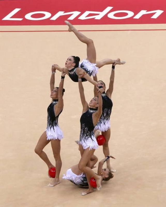 Las gimnastas del equipo de España, durante la final de concurso múltiple por equipos de gimnasia rítmica en los Juegos Olímpicos de Londres 2012.