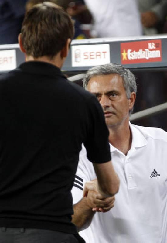 El entrenador del Real Madrid Jose Mourinho y el del F.C Barcelona, Tito Vilanova, saludandose antes de comenzar el partido.